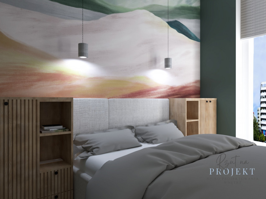 Sypialnia z szarym, tapicerowanym łóżkiem kontynentalnym i drewnianymi szafkami w zabudowie