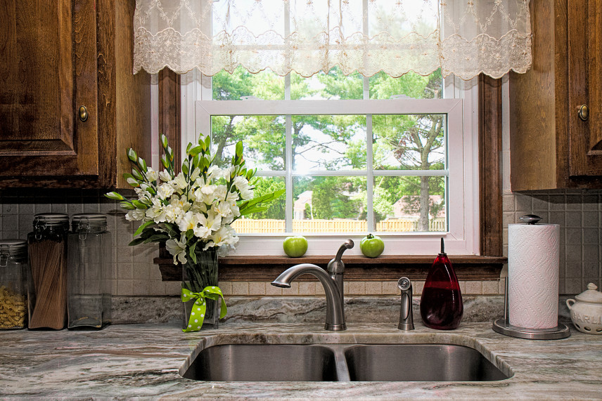 Kuchnia z oknem przy zlewie