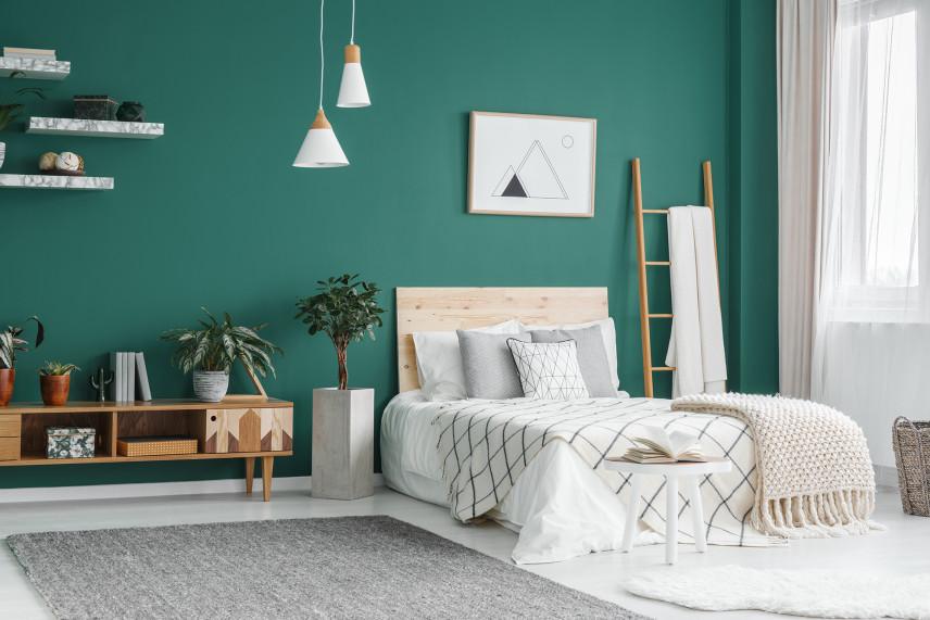 Sypialnia z zieloną ścianą