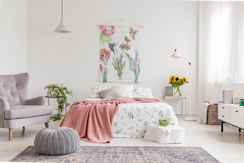 Jasna sypialnia z obrazem w kolibry