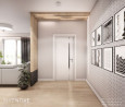 Przedpokój z elementami drewna i obrazami na ścianie