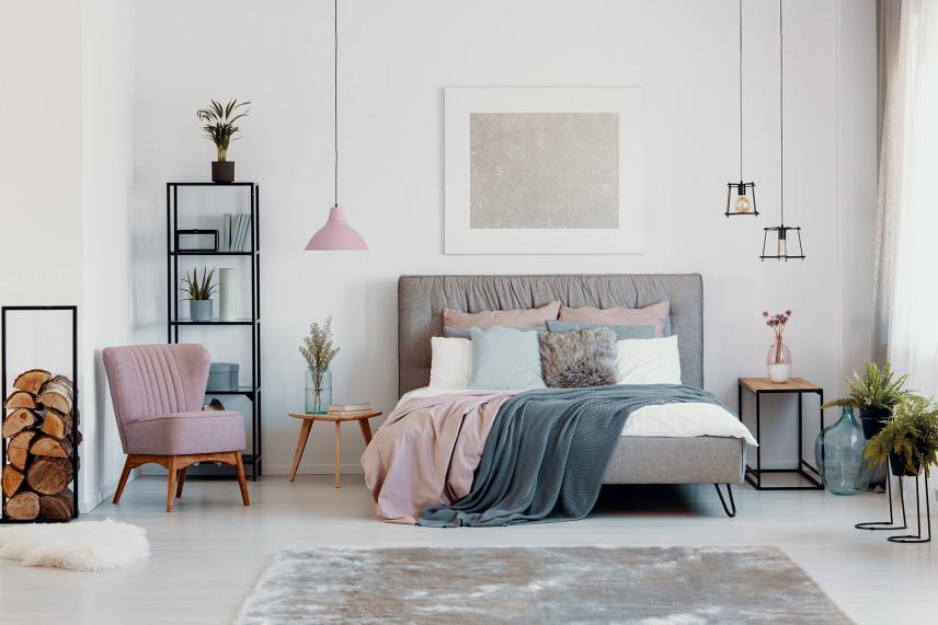 Sypialnia w stylu skandynawskim z pastelowymi dodatkami