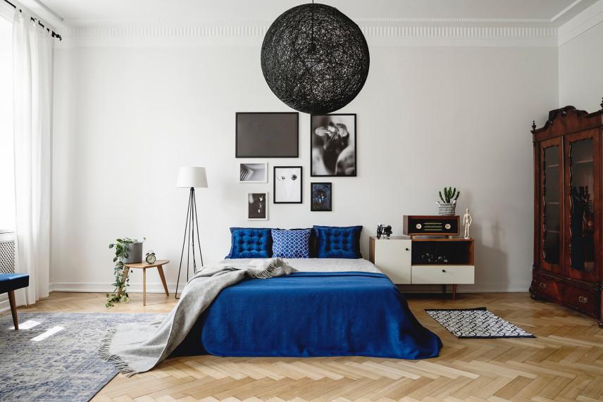 Biała - granatowa sypialnia