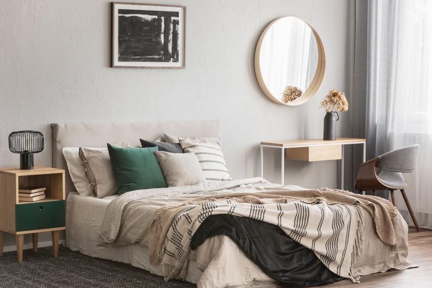 Szaro-beżowa sypialnia w stylu skandynawskim