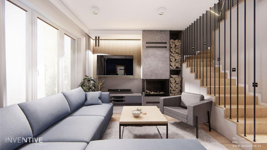 Salon z kominkiem klasycznym i miejscem do przechowywania drewna