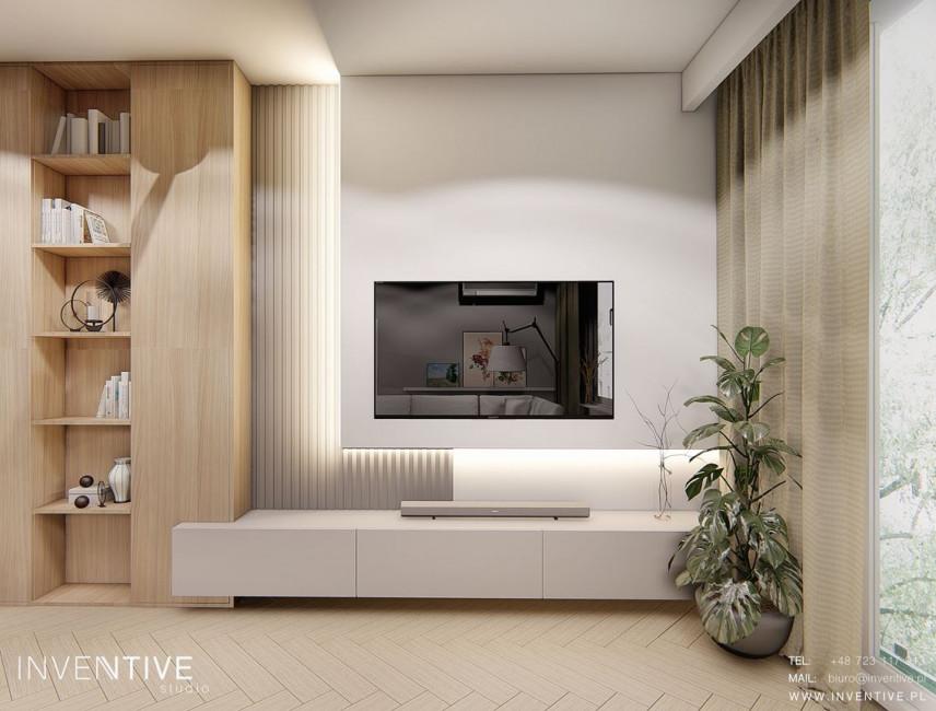 Salon z telewizorem na ścianie i z drewnianą szafką z półkami odkrytymi