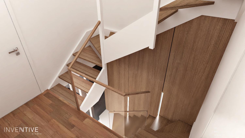 Wąski korytarz ze schodami w domu jednorodzinnym