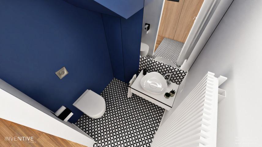 Łazienka z granatowymi  ścianami i biało-czarną podłogą