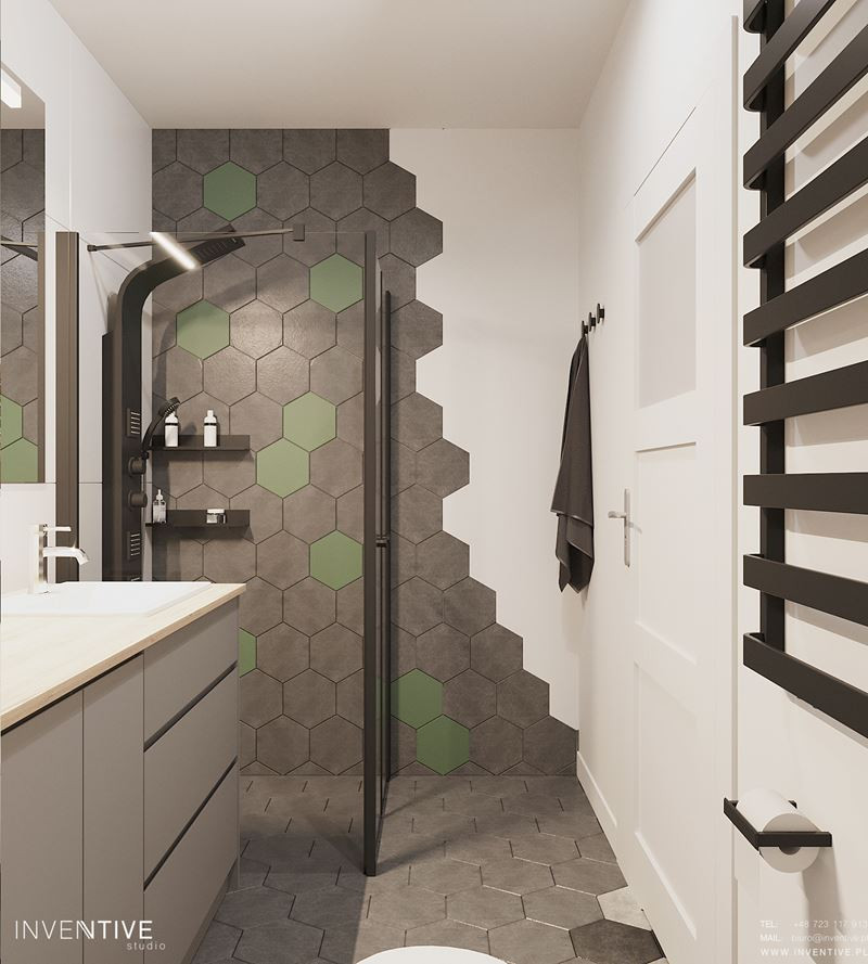 Łazienka z prysznicem i drzwiami wahadłowymi