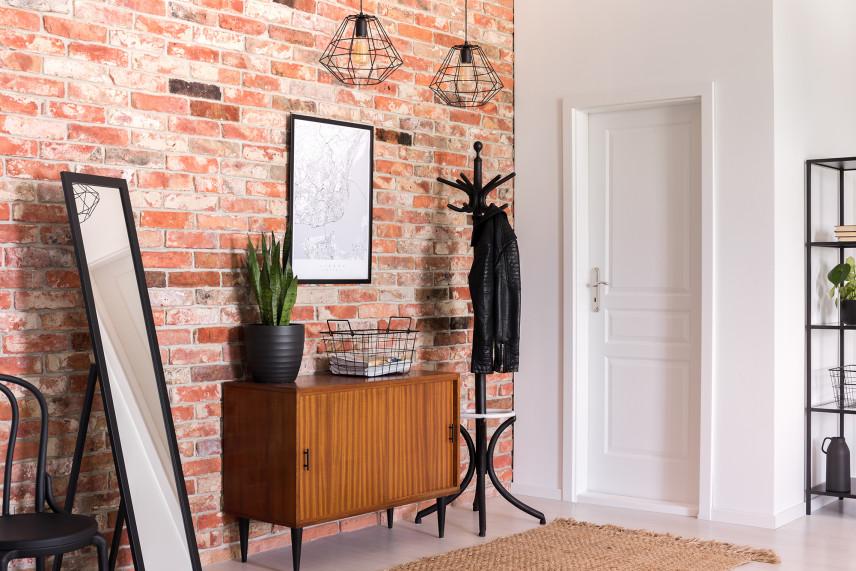 Ściana z cegły w przedpokoju