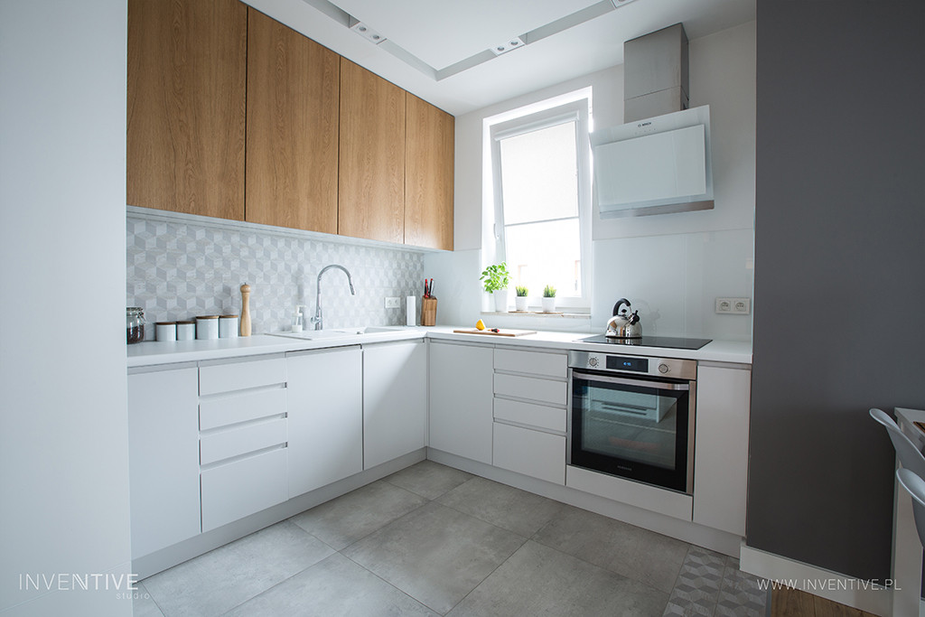 Kuchnia narożna z biało-drewnianymi frontami