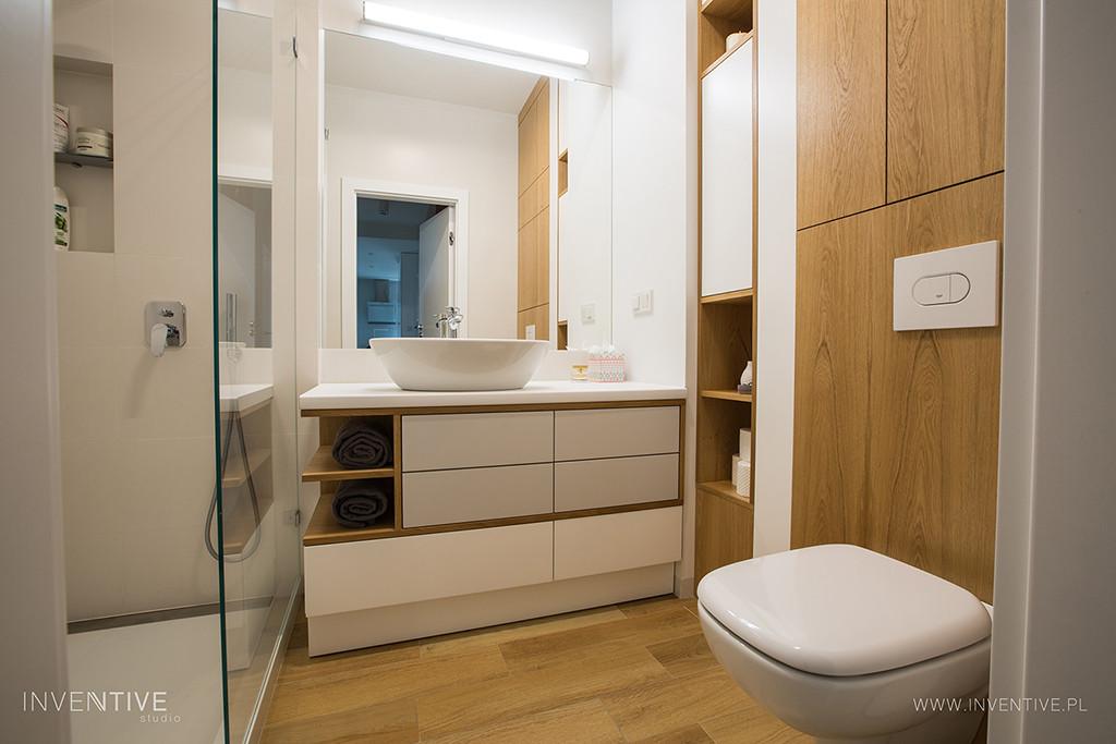 Łazianka z meblami w zabudowie i z prostokątnym prysznicem