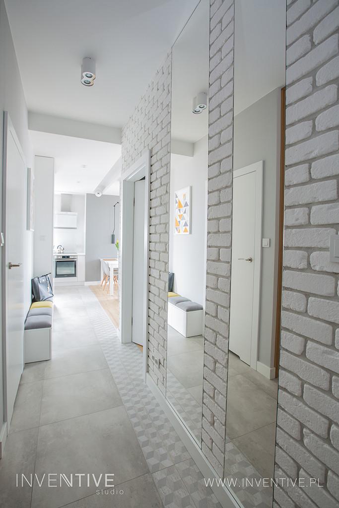 Wąski korytarz z cegłą w stanie surowym
