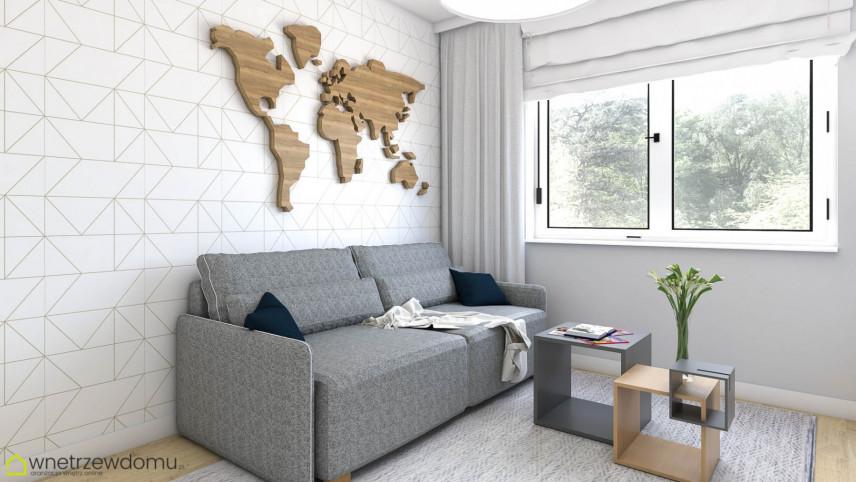 Pokój z szarą sofą i drewnianą mapą na ścianie