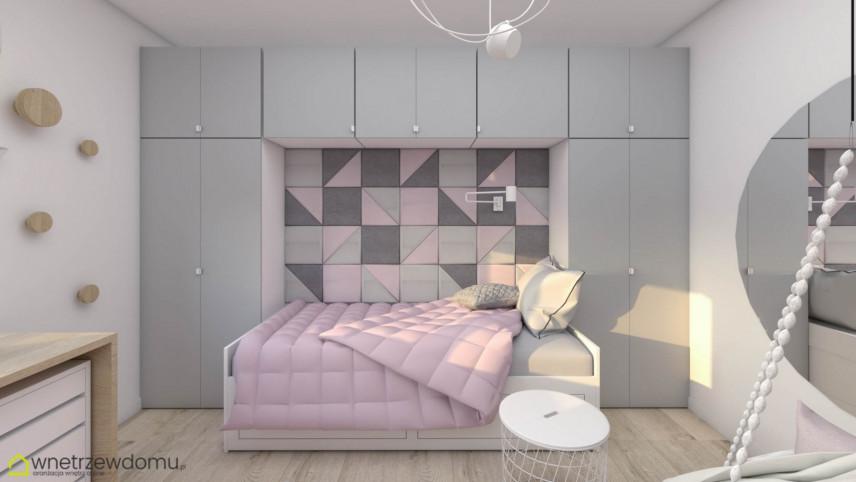 Łóżko w pokoju małej kobiety