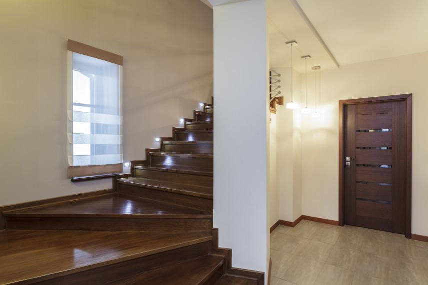 Przedpokój z podświetlanymi schodami