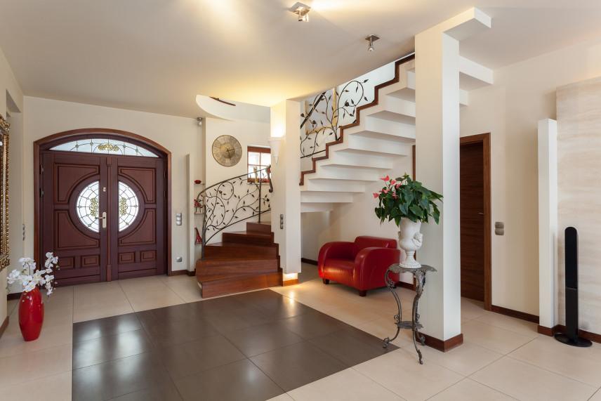 Nowoczesny, stylowy przedpokój ze schodami