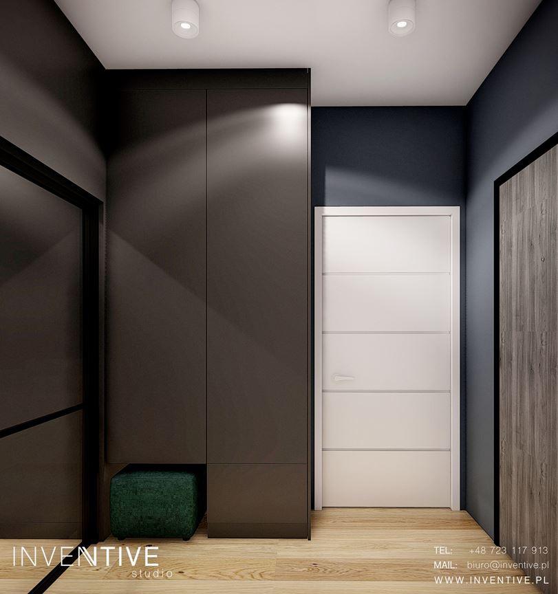 Ciemny przedpokój z białymi drzwiami