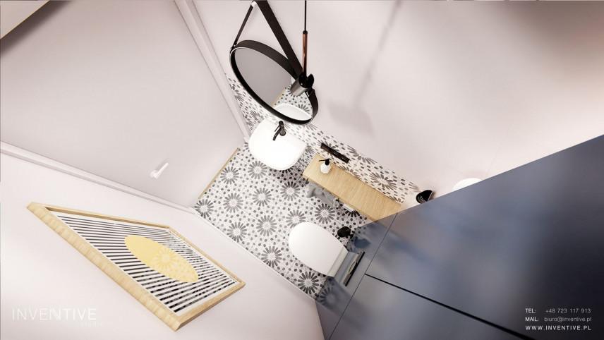 Widok na łazienkę z góry ze wzorzystą podłogą