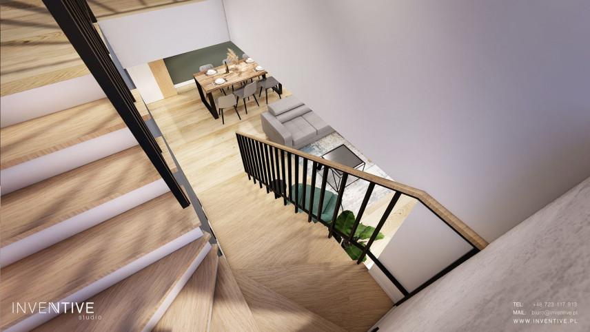 Drewniane schody z czarną poręczą