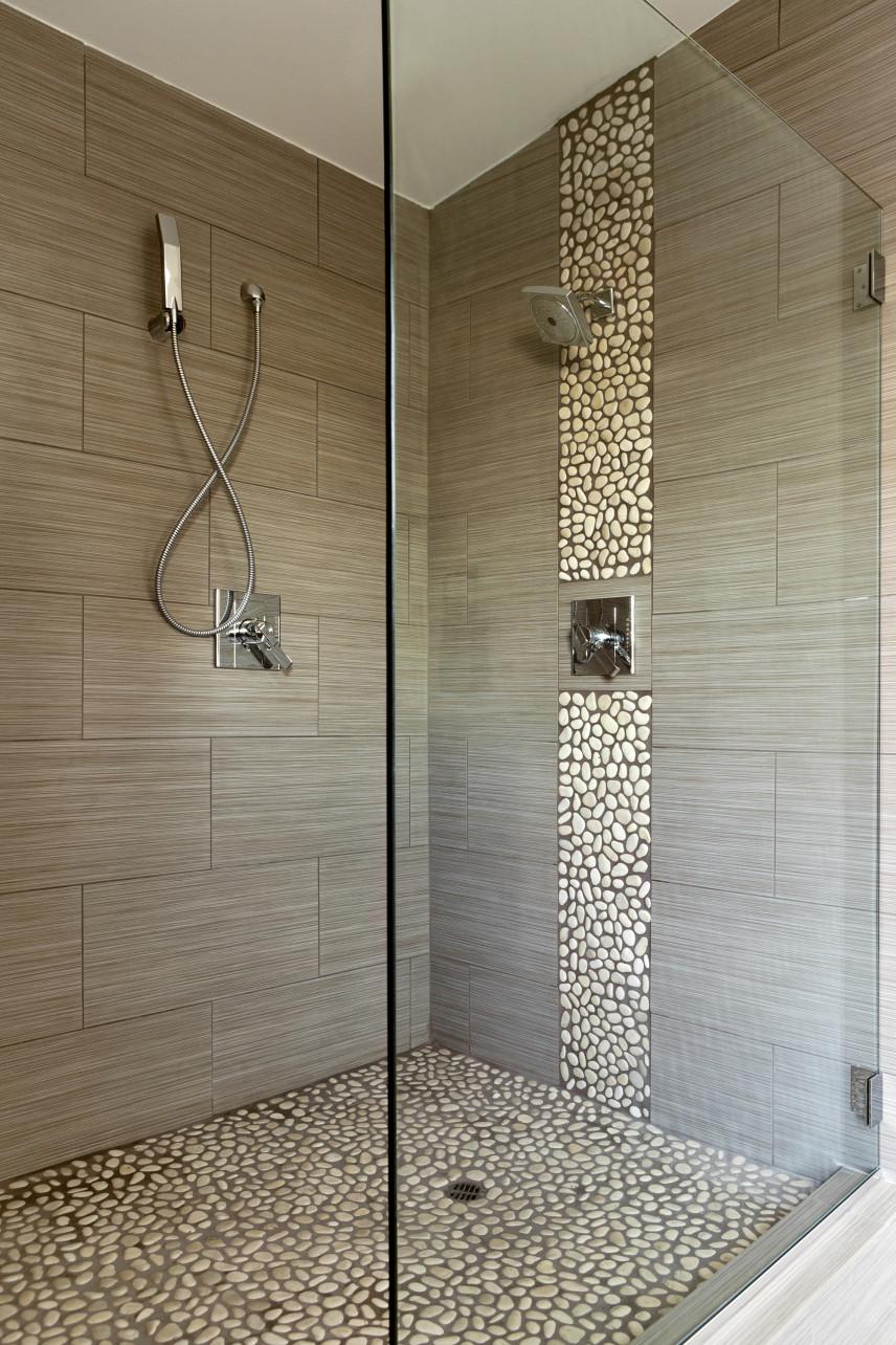 Szara kabina prysznicowa z kamieniami