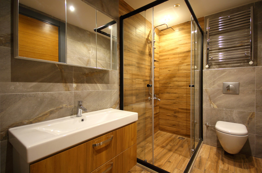 Prysznic ze ścianą imitującą drewno