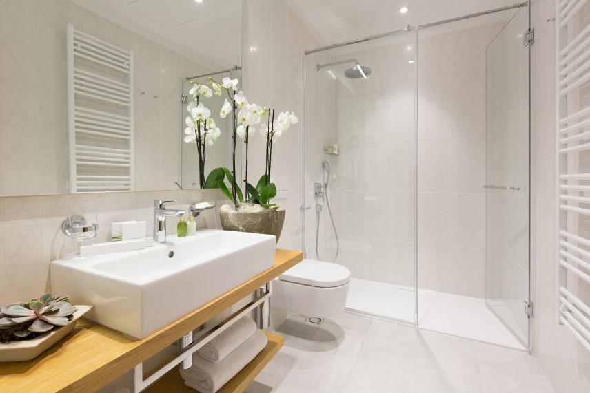 Mała jasna łazienka z kabina prysznicową