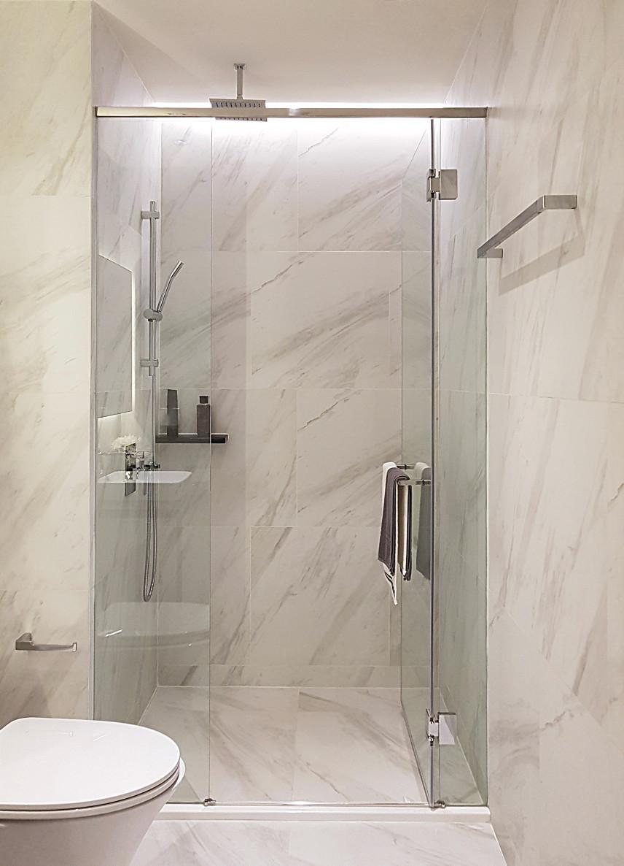 Marmurowa łazienka z kabiną prysznicową
